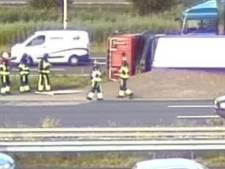 Gekantelde vrachtwagen met zand zorgt voor file op A15