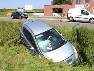 Twee gewonden nadat auto in diepe gracht rijdt