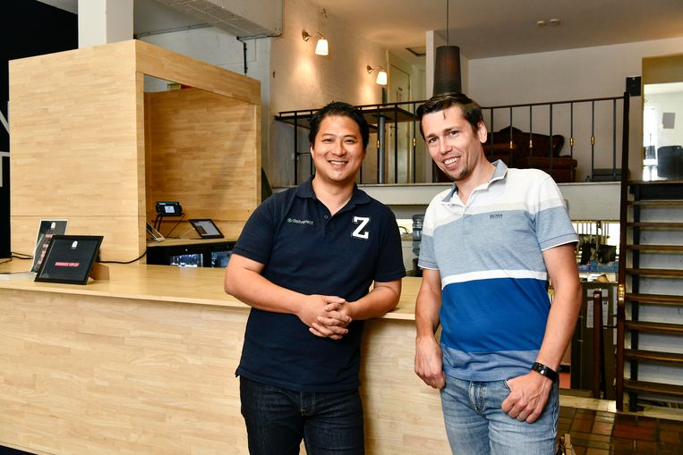 Zhong Xu en Jan Hollez (rechts), de ontwikkelaars van Deliverect. Beeld Florian Van Eenoo Photo News