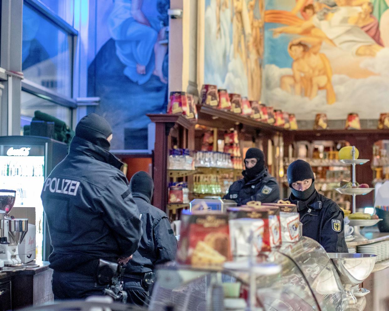Politieagenten in een ijswinkel in het centrum van Duisburg, tijdens een van de invallen in de grootschalige internationale actie tegen de machtigste Italiaanse maffiaorganisatie 'Ndràngheta.