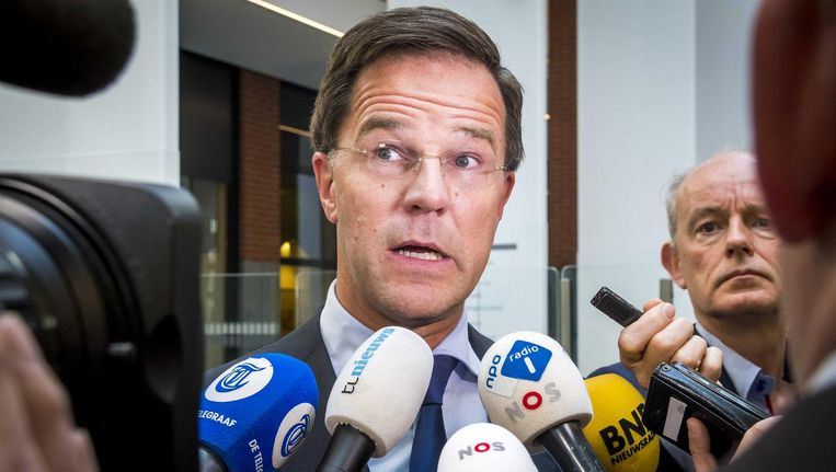 Premier Mark Rutte bij het ministerie van VWS na afloop van het coalitieoverleg over de memo's. Beeld Lex van Lieshout/ANP
