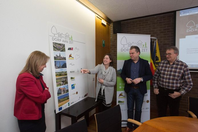 Het project 'Dorp aan zet' wordt ondertekend door vertegenwoordigers van 8 gemeenten.