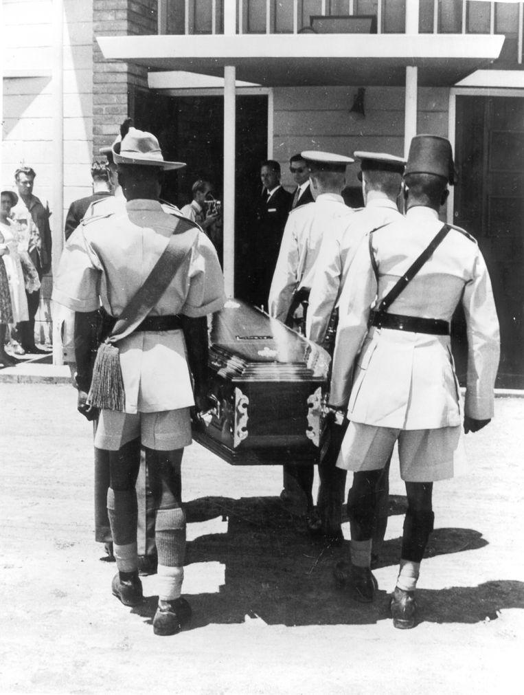 Leden van de Rhodesische luchtmacht dragen de kist van Hammarskjöld naar de kerk, 21 september 1961. Beeld BELGAIMAGE