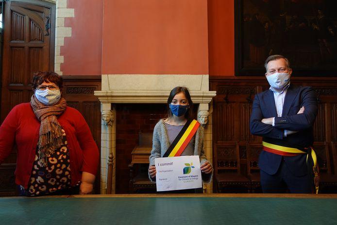 Schepen van Klimaat Marina De Bie, kinderburgemeester Camila Ladron en burgemeester Alexander Vandersmissen onderschrijven de vernieuwde visie van het van het Europees Burgemeestersconvenant voor Klimaat en Energie