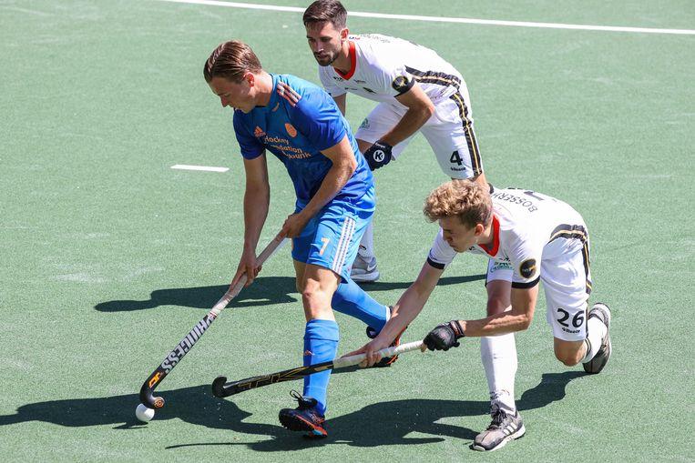 Jorrit Croon van Nederland probeert te voorkomen dat de Duitsers Lukas Windfeder en Niklas Bosserhoff hem de bal ontfutselen. Beeld ANP