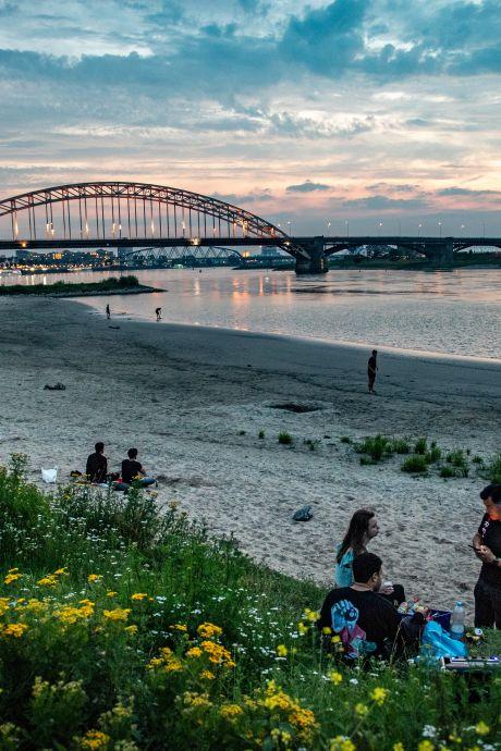 Politie stuurt honderden jongeren weg van Waalstrandjes bij Nijmegen: één aanhouding