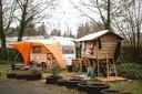 Naast het bamboehuisje woont ook de vriendin van Stef in een kleine caravan.