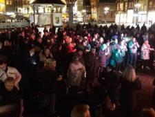 Zo'n tweehonderd voorstanders van Zwarte Piet bij feestelijk protest op Markt in Den Bosch