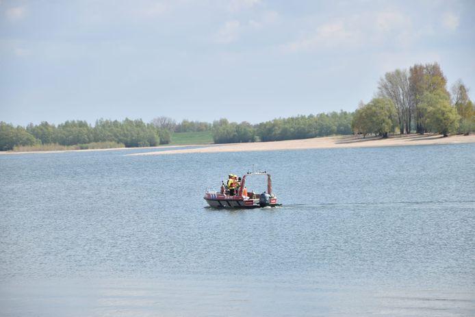 De brandweer zoekt met een bootje naar een drenkeling bij Tolkamer. Het bleek loos alarm.