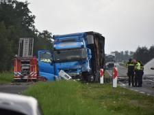 Dode en drie gewonden op N210: auto vliegt in brand na botsing met vrachtwagen