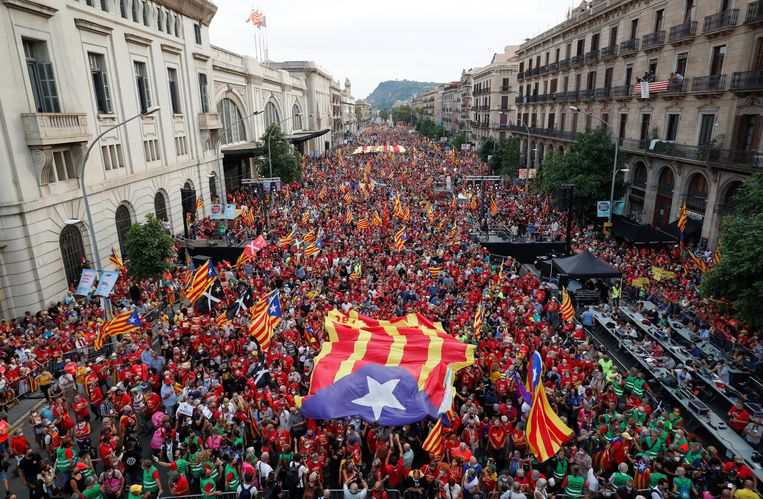Demonstranten houden de Catalaanse onafhankelijkheidsvlag in de lucht tijdens de 'Diada', de nationale dag van Catalonië. Beeld REUTERS/Albert Gea