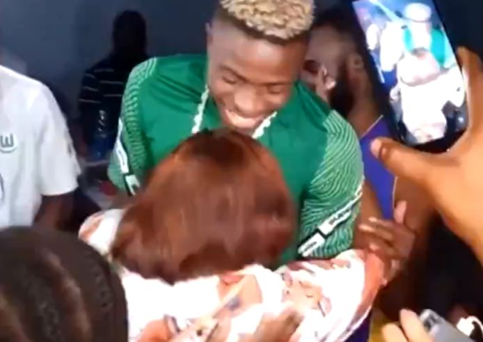 Victor Osimhen feestend in Nigeria.