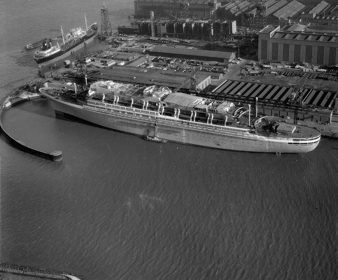 1959. Het ss Rotterdam in aanbouw bij scheepswerf RDM op Heijplaat. De bouw startte in 1956, de doop door koningin Juliana en de tewaterlating volgden op 13 september 1958. In augustus 1959 werd het schip na een aantal proefvaarten overgedragen aan de Holland-Amerika Lijn als het vijfde schip met die naam. Sinds augustus 2008 ligt het schip na een kostbare restauratie als hotelschip aan de Maashavenkade op Katendrecht.
