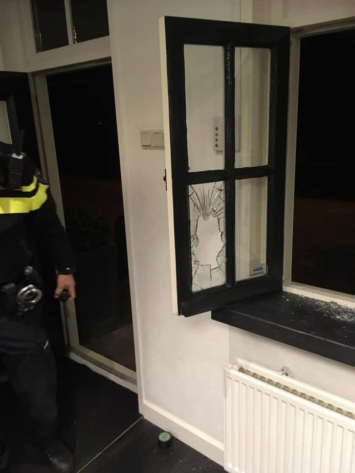 Bij een inbraak in kapsalon Haarscherp in Maasland zijn vannacht meerdere spullen meegenomen. Een raam werd vernield.