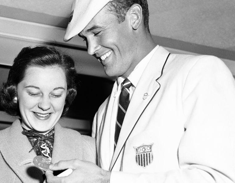Bobby Joe Morrow toont de gouden medaille aan zijn vrouw Joann bij aankomst in Los Angeles, 1956. Beeld AP