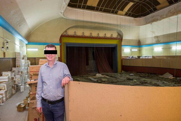 Stefan D.V. in de National in 2017. In de achtergrond zie je het vals plafond dat de zaal verborgen hield.
