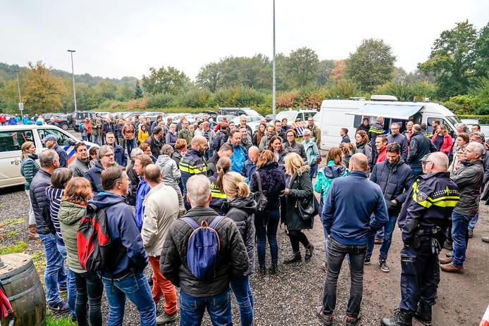 Vrijwilligers verzamelen zich bij het Koeckershuys in Den Hout.