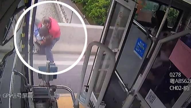 Un chauffeur de bus sauve une femme qui tente de se suicider avec son fils