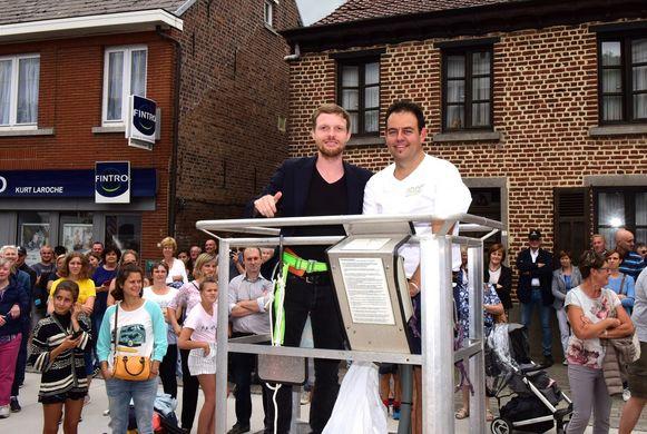 Jelle(links) mocht met Sven in de hoogtewerker stappen om van uit de lucht de pareltjes te gooien