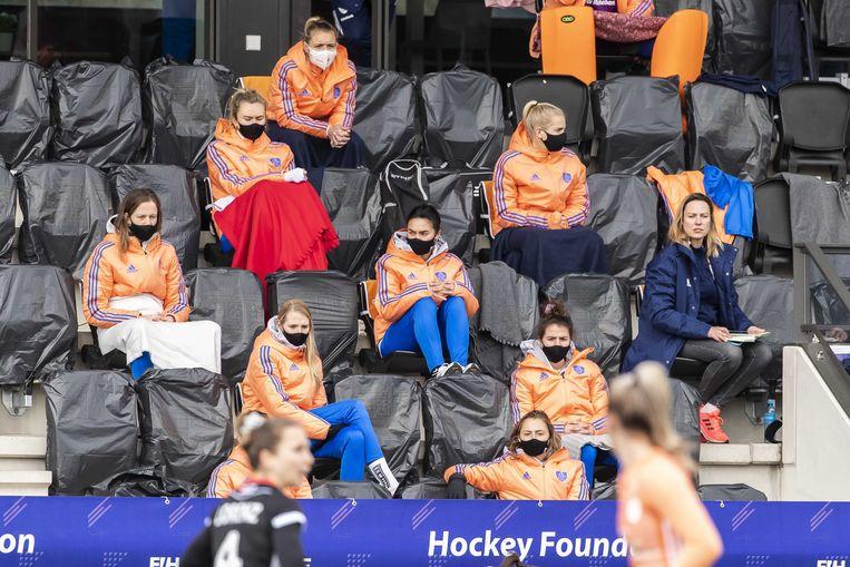 Reservespelers op de tribune tijdens de FIH Pro League wedstrijd Nederland-Duitsland, begin maart, in het Wagener Stadion. De hockeywedstrijd werd vanwege de geldende coronamaatregelen zonder publiek gespeeld. Beeld ANP / Willem Vernes