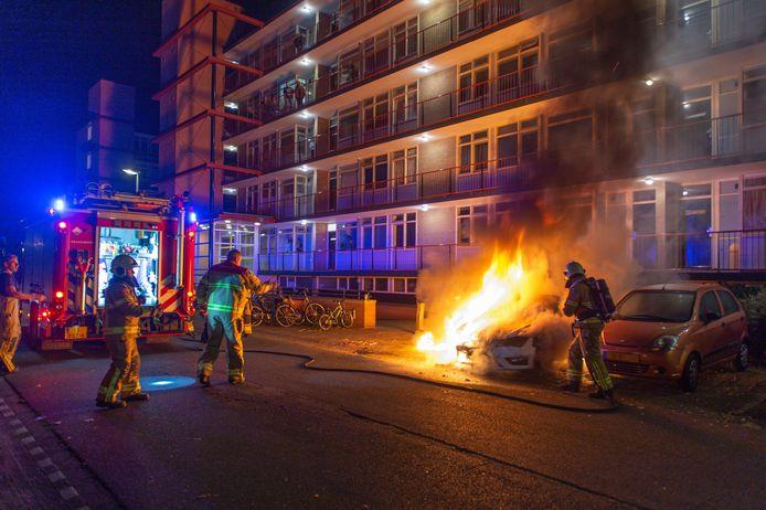 Felle vlammen, de brand die moet optreden: alweer een autobrand in Apeldoorn.