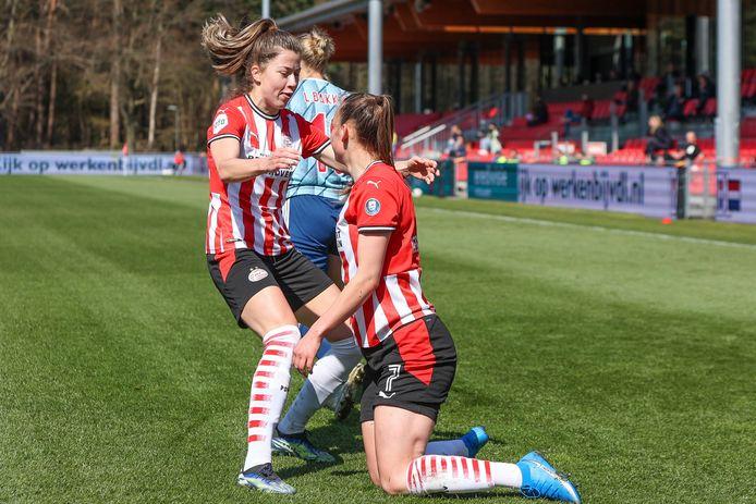 Nurija van Schoonhoven (links) is als eerste bij doelpuntenmaakster Romée Leuchter.