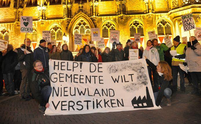 Op de avond van de gemeenteraadsverkiezingen werd er nog volop geprotesteerd tegen de plannen voor een bedrijventerrein op de Trekdijk.