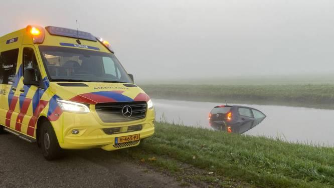 Auto te water in Westerhaar; brandweer schakelt duikers in