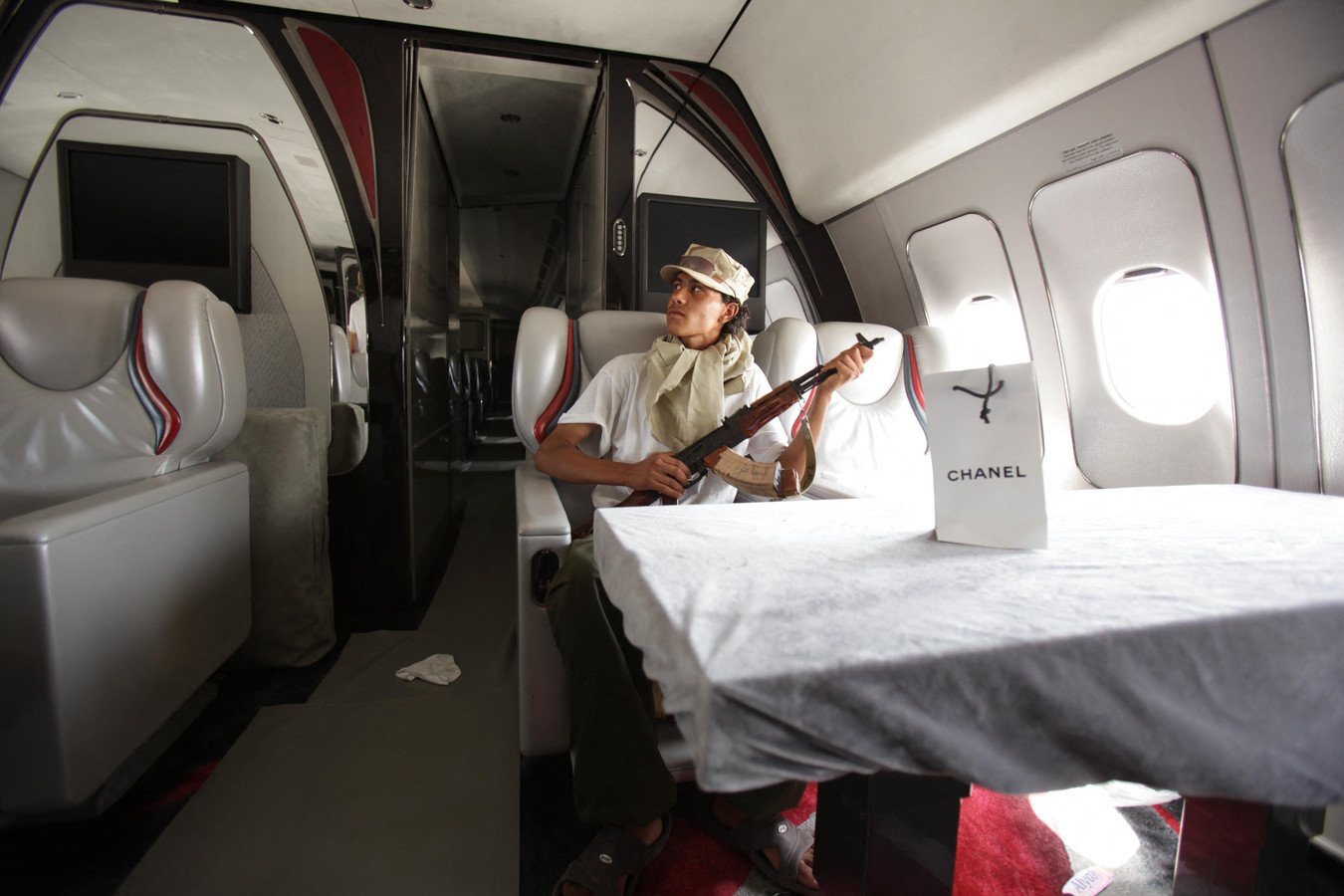 Een Libische rebel in de Airbus.