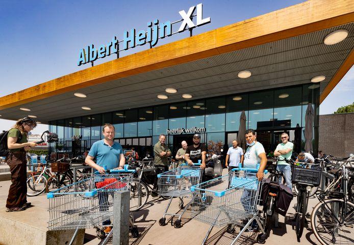 Zo'n vijftig medewerkers van supermarkten en distributiecentra staken deze vrijdag en gaan naar supermarkten in Eindhoven, waar zij collega's informeren over het vastgelopen cao-overleg en hen vragen bom steun voor de acties, zoals hier bij de AH XL aan de Limburglaan.
