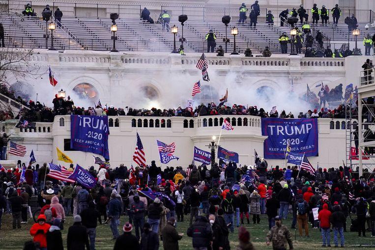 De bestorming van het Capitool in Washington op 6 januari. Toenmalig president Trump had via sociale media opgeroepen tot verzet tegen de vaststelling van de verkiezingsuitslag. Beeld AP
