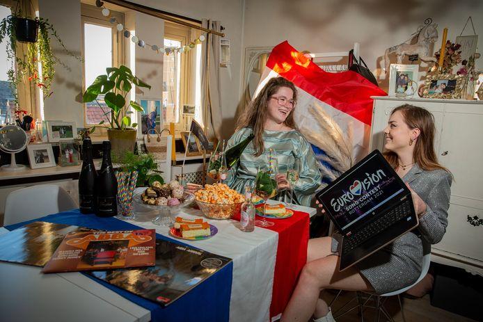Charlotte Jansen (links) en Annemieke Seegers kijken in stijl naar het Eurovisie Songfestival.