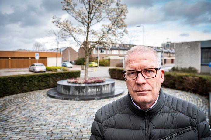 Oud-wethouder Michel du Chatinier bij het monument naast winkelcentrum Ridderhof waar hij op 9 april 2021 bloemen legt namens de Alphense gemeenteraad.
