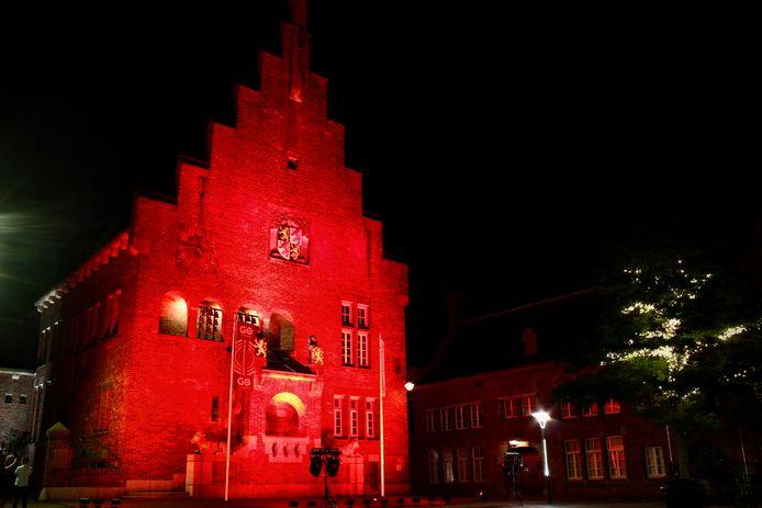 In Waalwijk werd het oude raadhuis rood aangelicht vanwege de Red Alert-actie van de evenementenbranche.