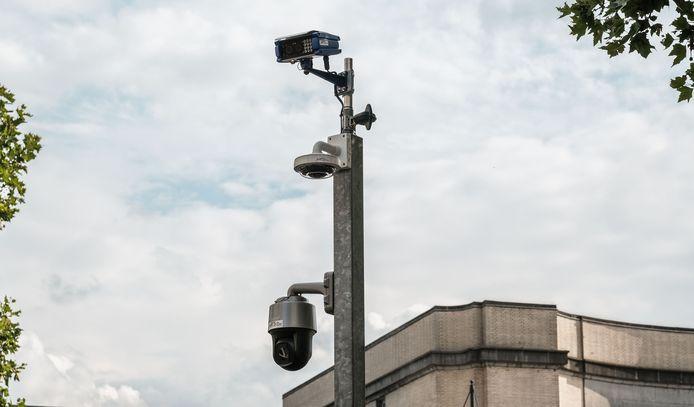 De nieuwe ANPR-camera (bovenaan) staat aan de kant Stationsplein.