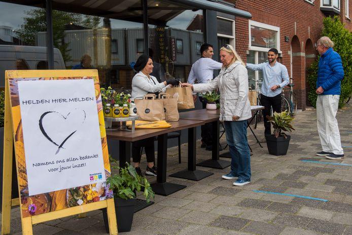 Vrijwilligers van de Voedselbank en daklozenopvang Neos maken dankbaar gebruik van het warme gebaar van de voormalige vluchtelingen uit Afghanistan.