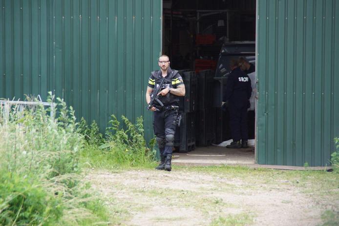 De politie bewaakt een beginnend drugslab in Baak.