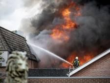 Brand bij autobedrijf De Lutte levert imposant beeld op