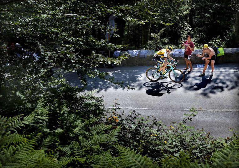 Robert Gesink is 7 kilometer voor de finish in La Pierre-Saint-Martin ten aanval getrokken. Hij wordt ingerekend en eindigt als vierde. Beeld Klaas Jan van der Weij