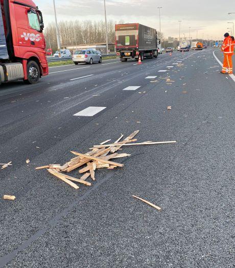 Doorrijdende truck veroorzaakt na verlies van trap en pallets ravage en file op A1 tussen Deventer en Apeldoorn
