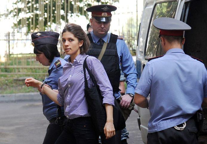 Nadezjda Tolokonnikova van Pussy Riot wordt maandag de rechtbank in Moskou binnengeleid.