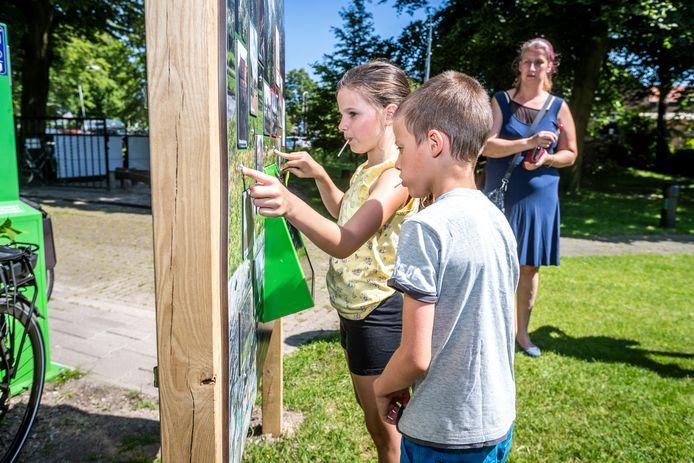 Kinderen spelen bij expositie 'Keigaaf, de Peelrandbreuk' het elektrospel 'Wat hoort bij wat?'