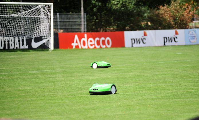 Robotmaaiers in actie op de velden van Sportpark Wilhelmina in Heelsum.
