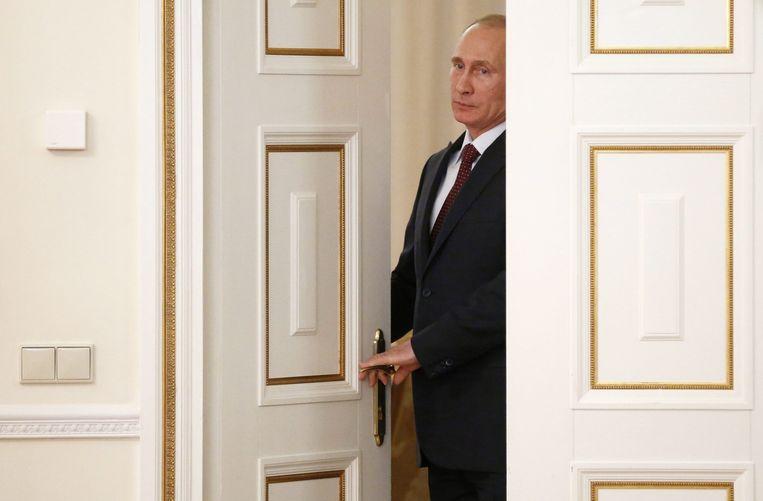 President Poetin betreedt het vertrek waarin hij een ontmoeting heeft met Shell-topman Ben van Beurden, 18 april 2014. Beeld EPA