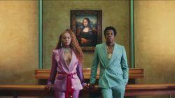 Beyoncé toont de ene na de andere designeroutfit in nieuwe videoclip
