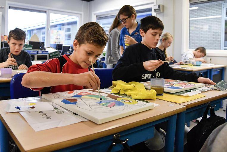 De leerlingen zijn creatief met verf. Vrijdag tonen ze hun werkjes.