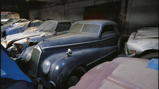 Deze excentrieke autoverzamelaar liet honderden beroemde klassiekers jarenlang wegrotten