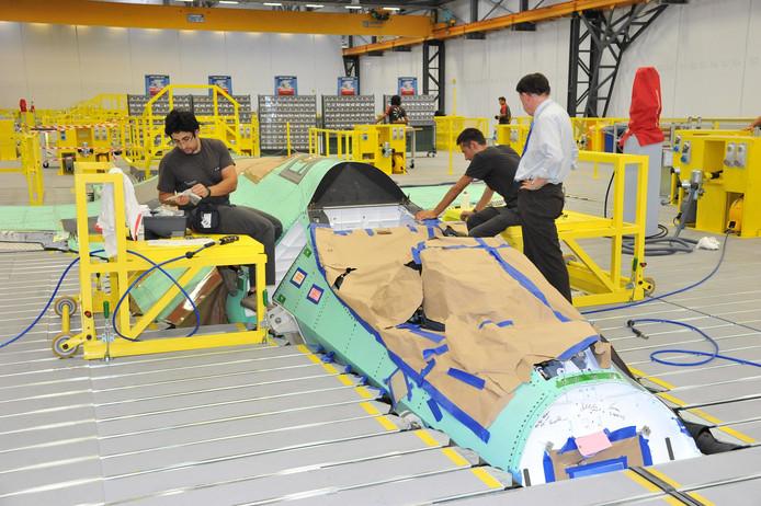 Een F-35 in de maak, in de fabriek in Italië. In 2019 komen de eerste straaljagers naar Nederland.