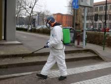 'Kassamedewerkers Italië zitten achter zeiltjes met mondkapjes voor'