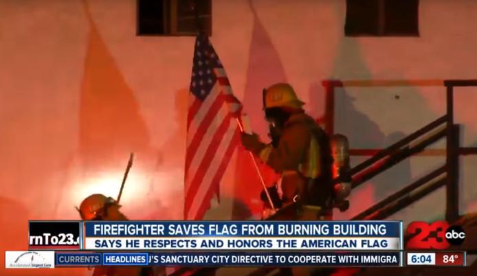 Brandweerlieden redden een Amerikaanse vlag uit een brand in Californië.